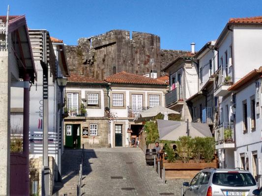 über den Häusern Reste der Burg, die in die Biennale integriert wird