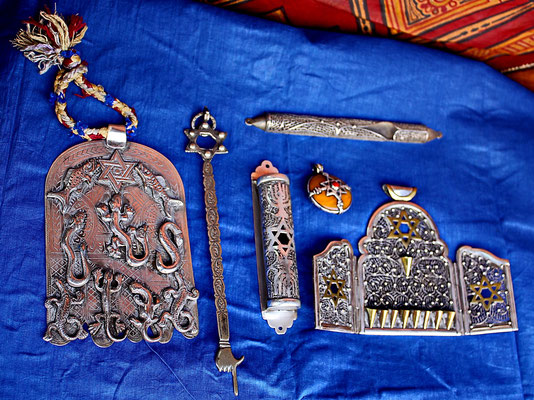 """Divers objets juifs, dont une """"mazouza"""" (au milieu)"""