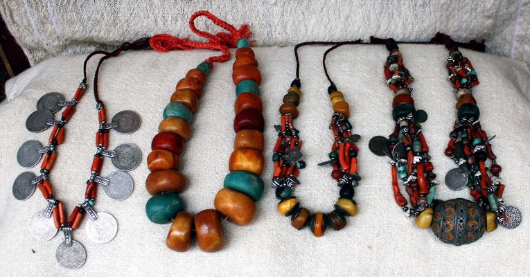 Sammlung von Halsketten verschiedener Art