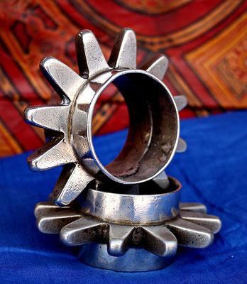 Bracelets de la défense, fabriqués à la technique de moulage