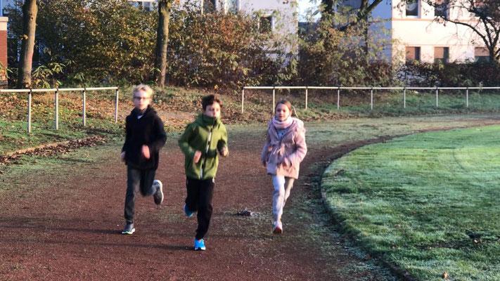 Wir laufen für Max so viele Runde auf dem Sportplatz, wie wir es schaffen.