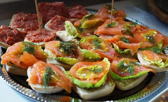 Lachs-Brote mit Dillsoße