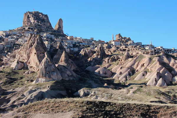 Cappadoces, chateau de Nevsehir surplombant le village