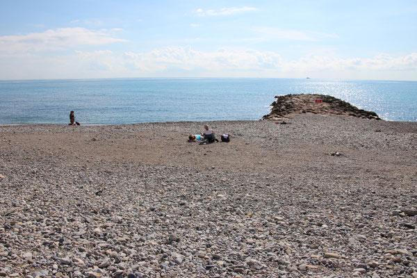 Plage de Menton, comme sur toute la côte le sable est un peu grossier.