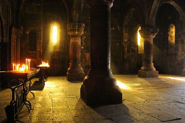 Geghard, un monastère en partie creusé dans la roche, magnifique!
