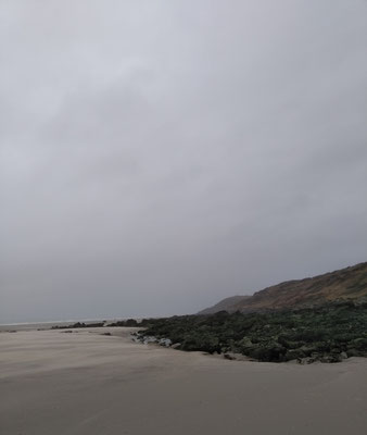 Equihen Plage: Der Wind treibt den Sand in dichten Schleiern über den Boden.