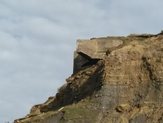 Dieser Bunker ist jedes Mal ein wenig mehr frei gelegt. Bin gespannt wie lange es ihn noch da oben hält.
