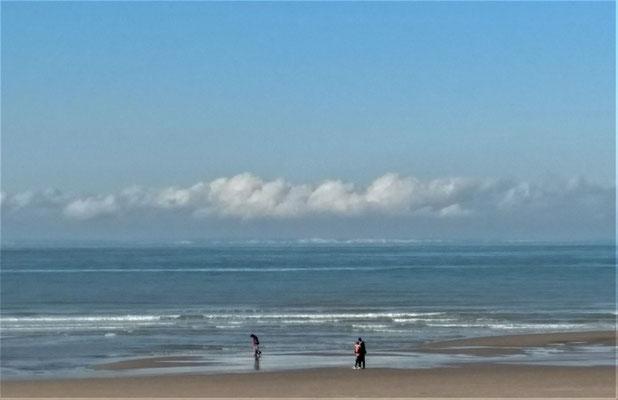 Blick gerade aus auf die englische Küste. Wenn sie genau hinschauen, können sie sogar auf diesem Handyfoto die englische Küste unterhalb der Wolken erkennen.