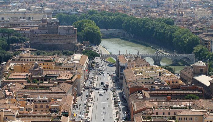 Blick von der Kuppel des Petesdoms zum Tiber und zur Engelsburg