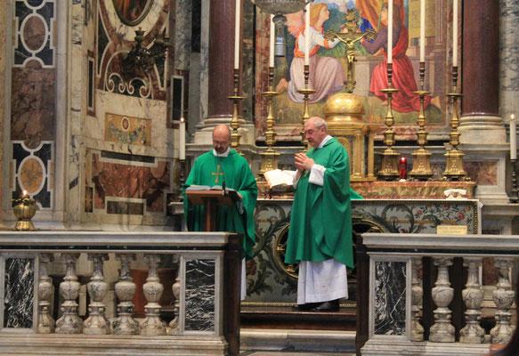Pater Mario und Pater Franz bei der Messe