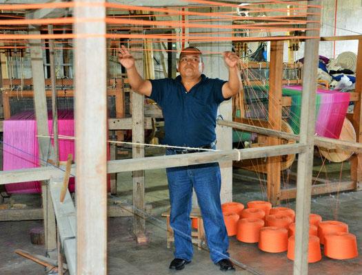 Die knapp 1000 Kettfäden des Tragetuches werden per Hand sortiert.