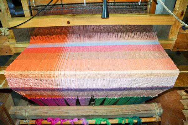 Die ersten Muster für ein Tragetuch sind gewebt und die Webart und Schussfarbe wird bestimmt.