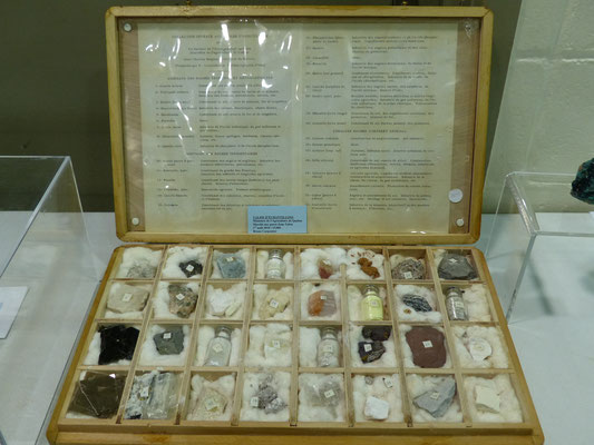 Vieille collection de roches et minéraux du Ministère de l'Agriculture destinée aux enseignants en agriculture / Collection privée de Bruno Carpentier
