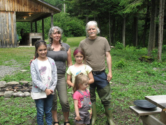 Grand-maman et grand-papa avec leurs filles