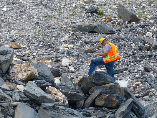 Il faut bien examiner chaque pierre pour trouver des cristaux de quatz