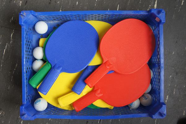 Tischtennisschläger und Bälle