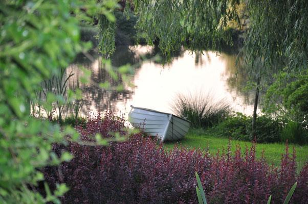 au bord de l'eau la barque vous attend