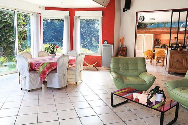 Maison contemporaine sur Haute-Goulaine, vue intérieure du salon avec en angle aperçu de la cuisine.