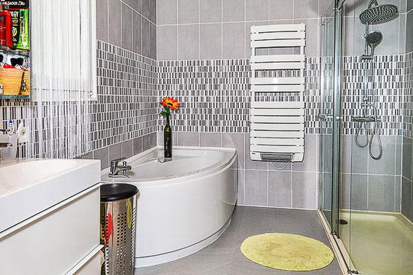 Maison contemporaine sur Haute-Goulaine, vue intérieure de la salle de bain donnant sur la chambre parentale.