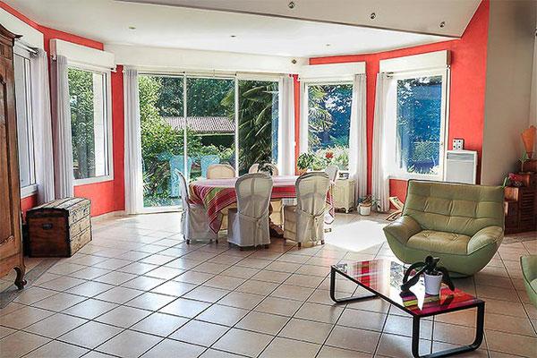 Maison contemporaine sur Haute-Goulaine, vue intérieure du salon,  grande pièce de vie.