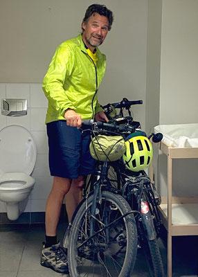 Unkompliziertes Frankreich: Fehlt ein sicherer Platz für die Velos, dürfen wir unsere Drahtesel schon mal in der Toilette bei der Hotel-Reception abstellen.
