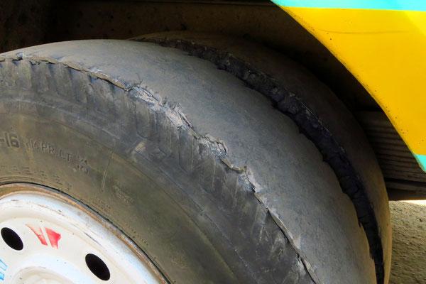 Kein Reifen eines Formel 1 Boliden, sondern Hinterradreifen eines Autobusses.
