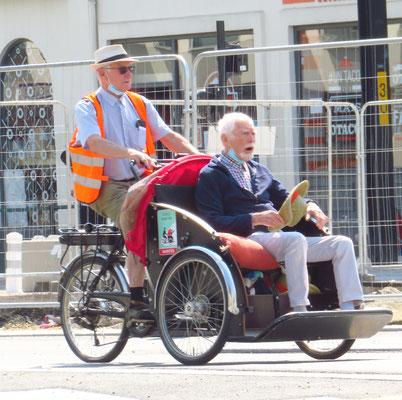 Senioren fahren Senioren in Nantes.