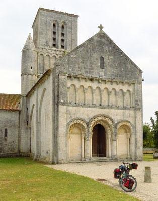 In den Dörfern auf dem Land gibt es sehr alte Kirchen, wie diese romanische.