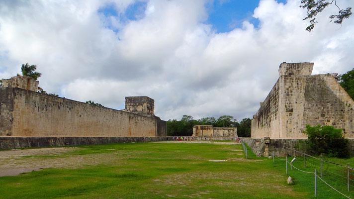 Eines der vielen Ballspielfelder. (Die Mayas hatten neben der vielen Bauerei noch Zeit zum Ballspielen :)