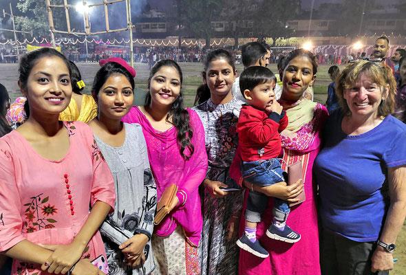 Am Stadtfest in Nahan wird Bea laufend um Fotos gebeten. Viele Inderinnen sprechen hier gut Englisch.