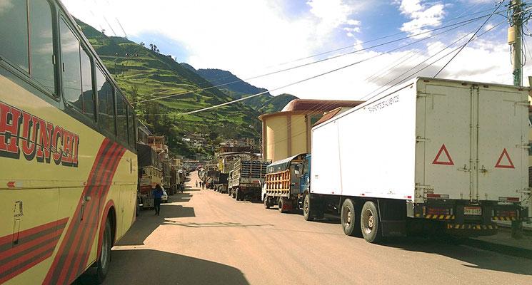 In Chunchi stauen sich die Lastwagen.