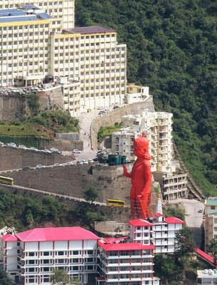 Die mächtige Statue hält die Hand schützend über das Universitätsspital.