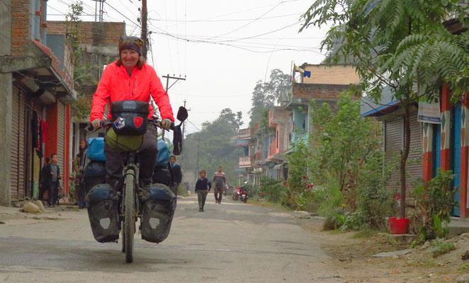 Schmale Strassen durch kleine Dörfer. So pedalen ist ganz nach unserem Geschmack.