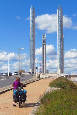 Neues Wahrzeichen für Bordeaux: Die grösste Hubbrücke Europas, deren Mittelteil um mehr als 50 Meter angehoben werden kann.