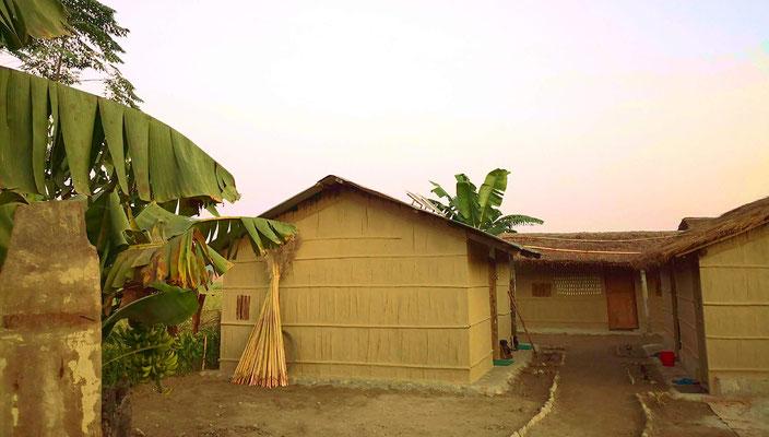 Übernachten bei Einheimischen in einfachen Hütten. Wenn viele Familien von den Touristen provitieren, wird weniger gewildert.