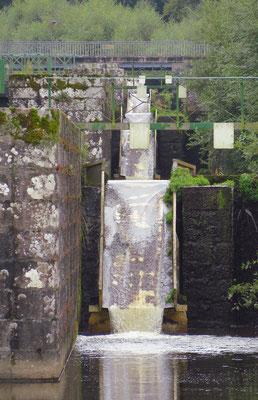 Die Rutschen rechts neben den Schleusen werden von den Kajakpaddlern benutzt. So erübrigt sich das lästige Auswassern.