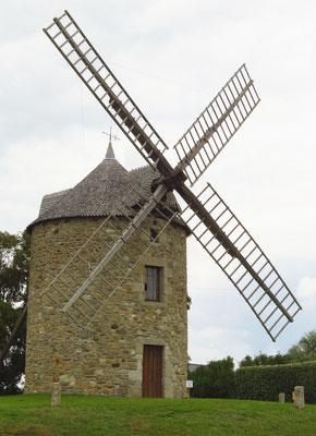 Windmühlen oder ihre umgebauten Reste sind nach Le Mont-Saint-Michel oft an der Küste anzutreffen.