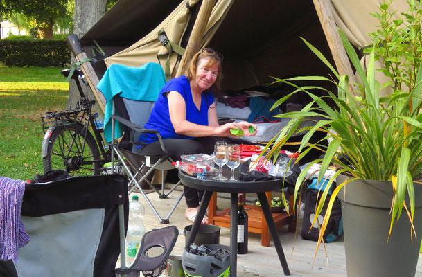 Besonders Bea hat den Narren an den kleinen Zelten gefressen, die es auf einigen Zeltplätzen zu mieten gibt.