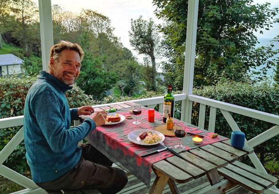 Abendessen hoch über dem Meer. Kann ein Montagabend schöner sein?