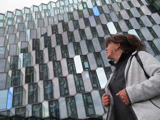 Isa vor dem Konzertgebäude