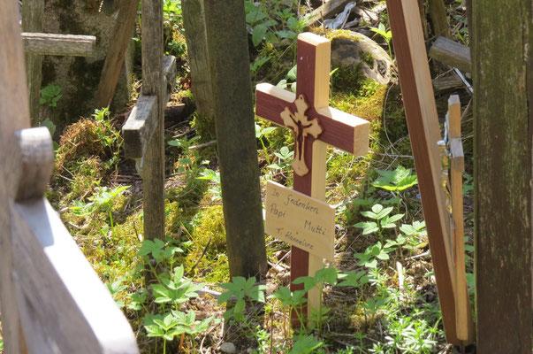 denn auch wir lassen ein Kreuz für unsere liebsten Verstorben da