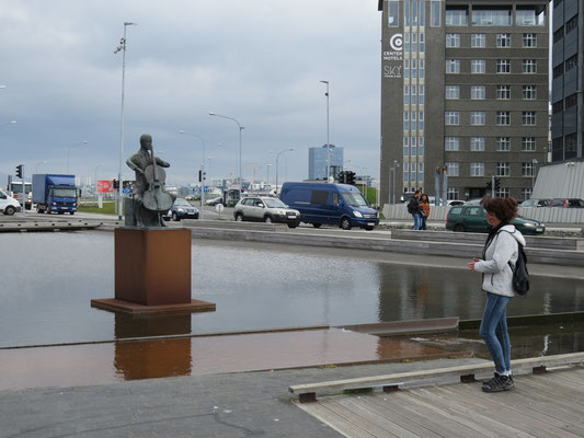 Cello Statue im Hafen