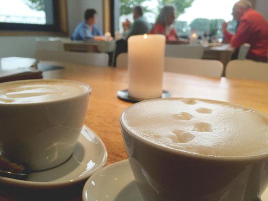 Fußspuren im Kaffee bei einer Auszeit mit einer Freundin in einem Café am Rhein in Duisburg.