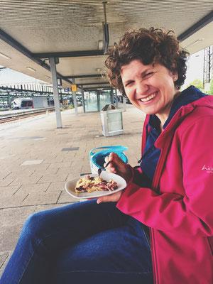 Picknick mit einer Freundin am Duisburger Bahnhof. Picknick bei Sonne auf der Wiese kann jeder.