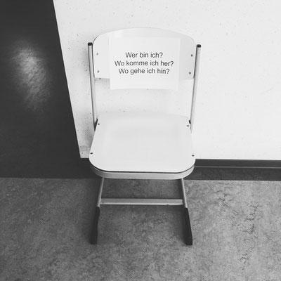 Momentaufnahme aus einer Schule vor wenigen Wochen. Wohl ein kaputter Stuhl, der umfunktioniert wurde zu einem Lehrstuhl.