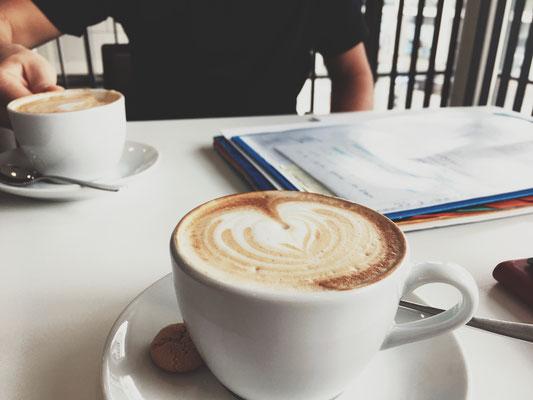 Besprechug mit leckerem Cappuccino in der Stadtbibliothek Duisburg.