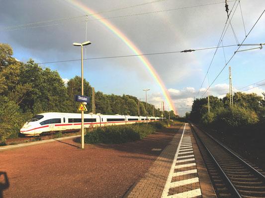 Wenn das Leben einem die Wartezeit versüßt, hier am Bahnhof in Dinslaken.
