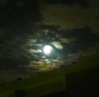 La lune pleine et nuageuse.