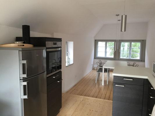 Küche mit Kühlgefrierkombination und Backofen