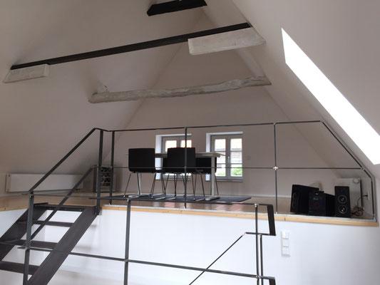 Wohnzimmer im Dachgeschoss auf zwei Ebenen